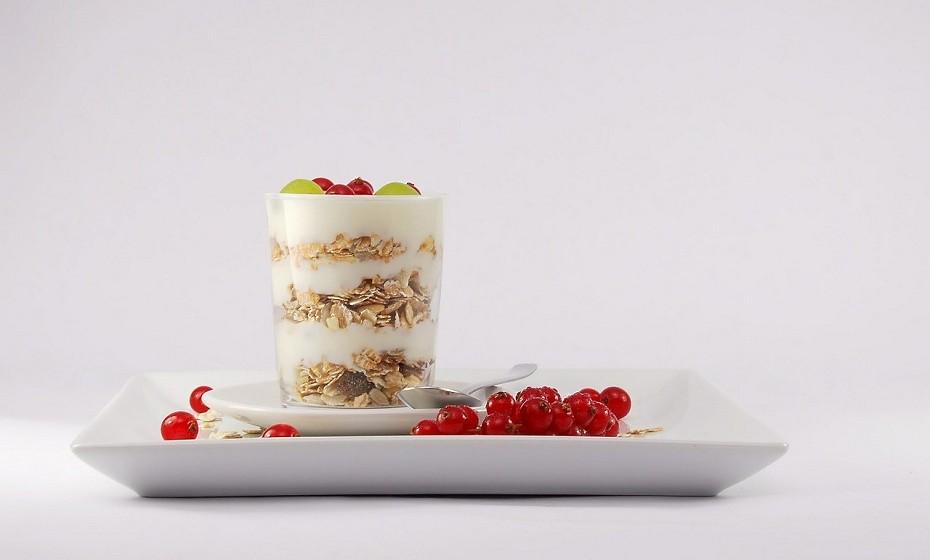 Segundo Stella Metsovas, deve consumir alimentos ricos em cálcio, como iogurte grego sem gordura ou adição de açúcares.