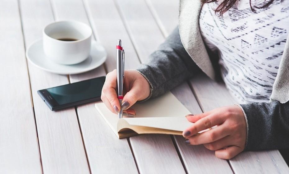 No final do dia, faça uma lista de três coisas boa que aconteceram nesse dia. Este exercício pode ajudar a reduzir sintomas de depressão e fazê-lo aperceber-se das coisas boas que tem na sua vida.