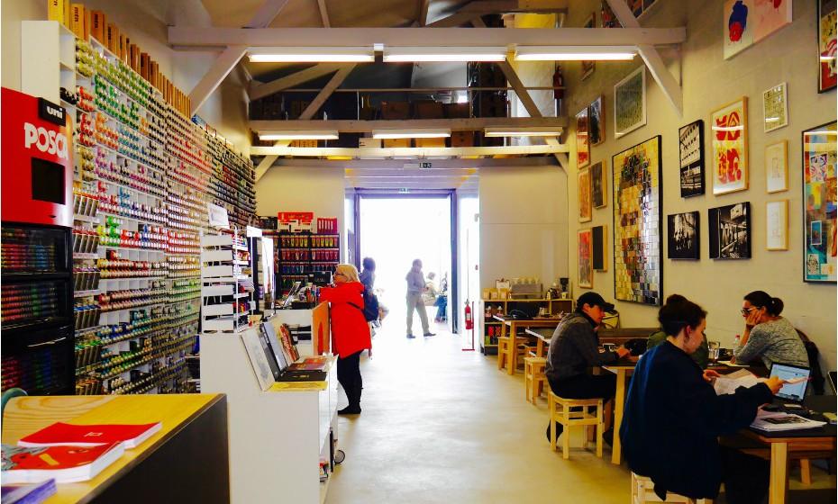 Montana Lisboa Café: fica no Cais do Sodré e é um misto de galeria de arte urbana e cafetaria. De um lado, as prateleiras com as latas de spray que pode comprar se for adepto do graffiti, do outro, a cafetaria onde se vendem os bagels grafitados (sim, aqui os famosos pedaços de pão em forma de anel ganham a cor que lhe quiser dar), que pode acompanhar com cerveja artesanal portuguesa, vinda diretamente da Oitava Colina. O Tejo está mesmo ali a dois passos, literalmente.