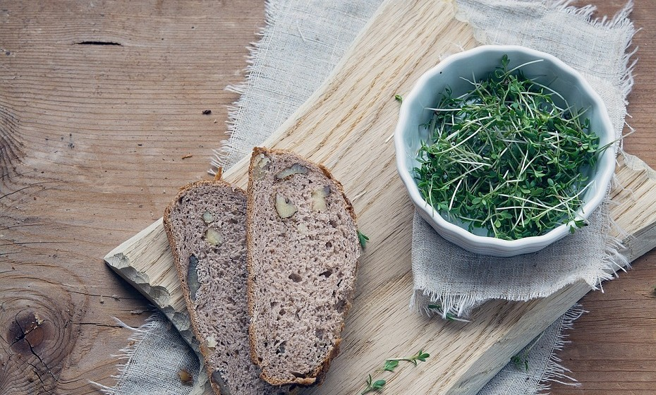 Troque o clássico pão branco por pão de cereais. Existem imensas opções no mercado – quanto mais escuro for o pão, melhor!