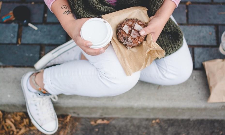 Leve o seu próprio snack para comer durante a viagem e evite comprar no aeroporto. Desta forma, não passa fome e não gasta dinheiro.