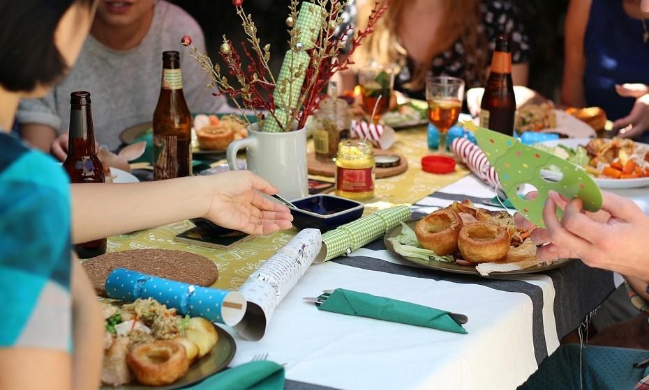 Ao comer em grupo, sente-se ao lado de pessoas que, por norma, comem menos ou a uma velocidade mais lenta do que a sua. Pode ajudar a evitar excessos.