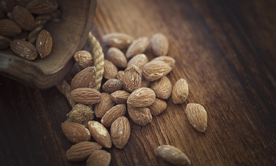 Para um snack a meio da tarde, evite comer barritas de cereais e opte por comer uma fruta ou uma mão cheia de frutos secos (nozes, amêndoas, etc).
