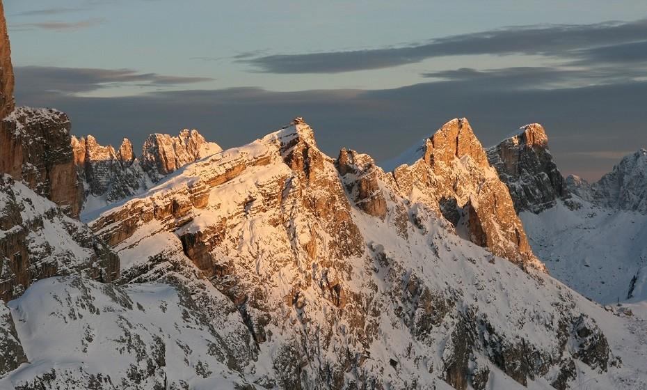 Dolomitas de Belluno são uma cordilheira localizada no nordeste da Itália. A rocha dolomita é um tipo de rocha responsável pelas formas características e pela cor das montanhas, anteriormente conhecidas como 'Montanhas Pálidas'.