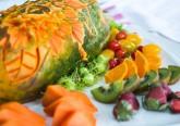 A papaia é o fruto tropical da planta Carica papaya. É incrivelmente saudável por vários motivos. A pele e os sistemas digestivo e cardiovascular são alguns dos beneficiários.