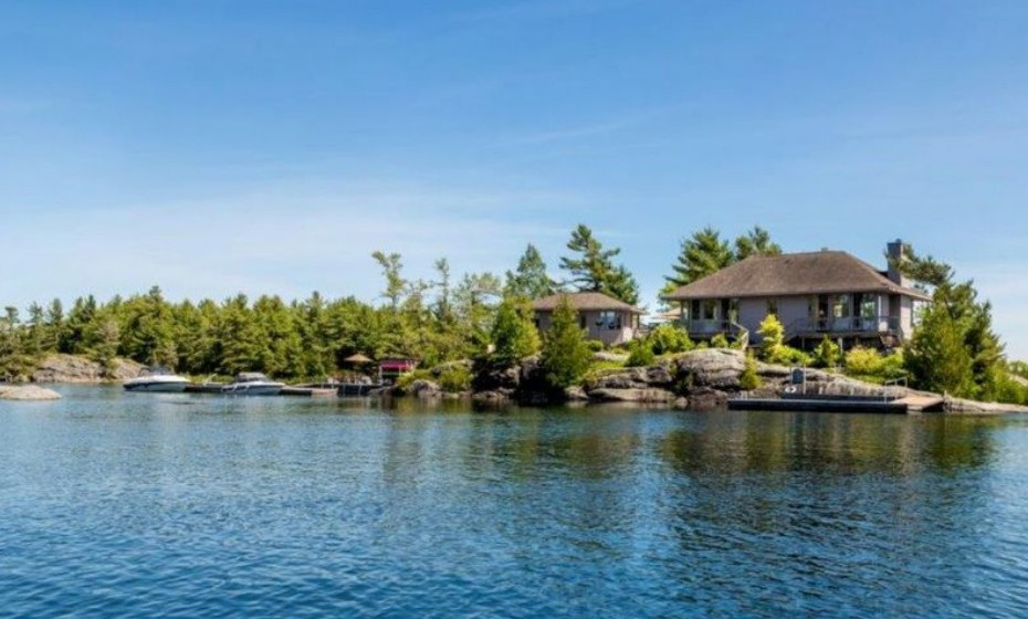 Navy's Acre Island localiza-se no Canadá e pode ser comprada por 1,545,818 euros.