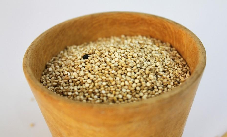 O amaranto é um 'pseudo' cereal muito nutritivo. Uma chávena de grão cozido fornece 116mg de cálcio, o que se traduz em 12% da DDR.