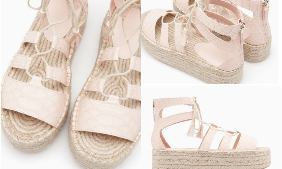 Sandálias romanas com plataforma rasa numa cor amorosa. É impossível ficar indiferente a estas sandálias. Na imagem: Stradivarius.