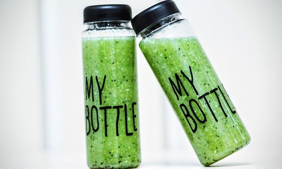 Faça batidos detox misturando fruta e legumes como, por exemplo, maçã, banana, espinafres, cenoura… O que mais gostar.