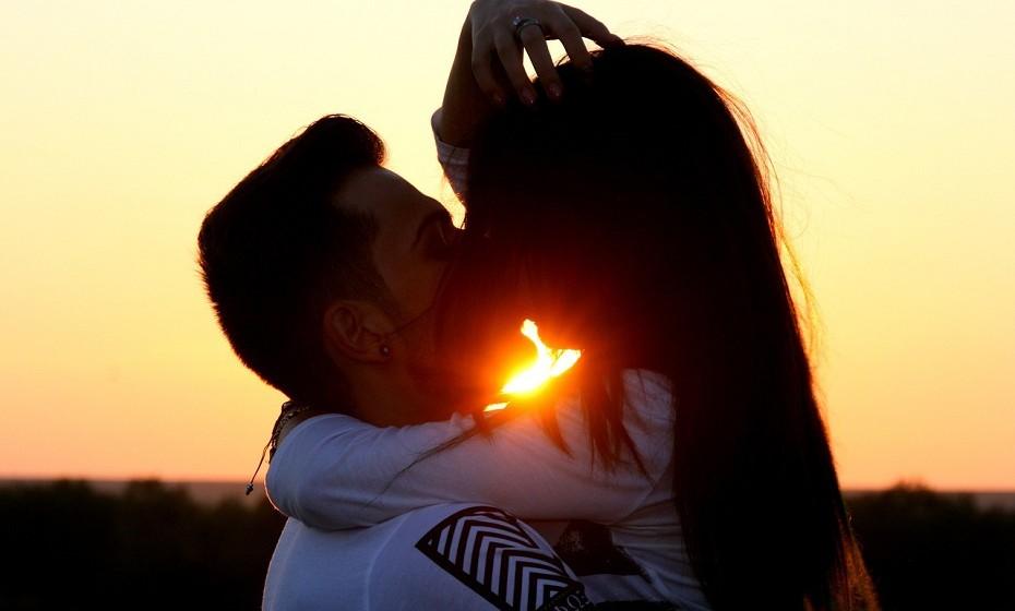 Aquário e Gémeos – Este é um casal que tem uma conexão psicológica incrível. Sabem sempre o que o outro vai dizer. Esta relação é quase tão mística que ninguém consegue entender. Sabem o que funciona para eles e não se importam com opiniões alheias. Apesar de serem muito independentes, isso não afeta o relacionamento, só o torna mais forte.