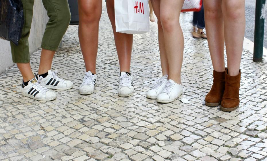 A escolha do calçado para completar os outifits. Lá por ser verão, não tem de se andar sempre de sandálias.