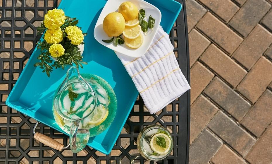 Beber água com limão ao acordar é um dos truques mais conhecidos e mais eficazes. Este ritual ajuda a acelerar o metabolismo, a limpar o aparelho digestivo e a hidratar o corpo. O limão contém vitamina C que fortalece o sistema imunológico.