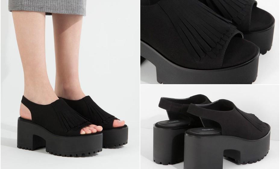 Gosta de um estilo mais grunge? Aposte nestas sandálias de plataforma pretas com detalhes em franja. Na imagem: Pull&Bear.