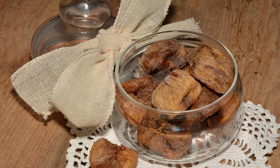 Figos secos são ricos em antioxidantes, fibras e contêm mais cálcio do que qualquer outra fruta seca.