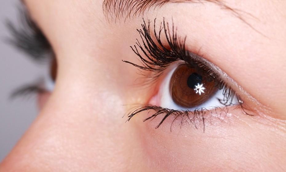 Sabe de quanto em quanto tempo deve substituir a sua máscara de pestanas? A cada quatro meses. Utilizar o mesmo produto durante muito tempo resulta na acumulação de bactérias e corre o risco de contrair infeções oculares graves.