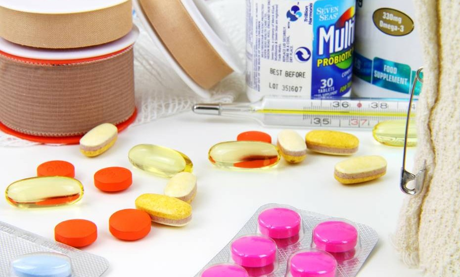 1. O teu kit SOS levarás. O kit SOS deve conter a tua medicação habitual (pílula anticoncecional, asma, diabetes…) e outros medicamentos indicados pelo teu médico de família para a dor de cabeça, vómitos e diarreia. Também é importante lá colocares: pensos de vários tamanhos, desinfetante para a pele, repelente de insetos, tampões protetores de ruídos e protetor solar.