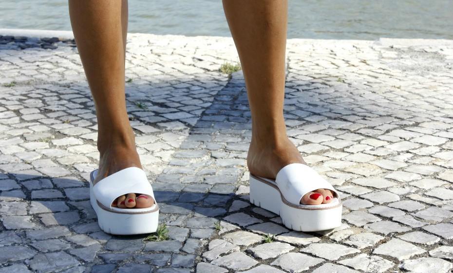 Os chinelos com plataforma brancos de Raquel são da Stradivarius.