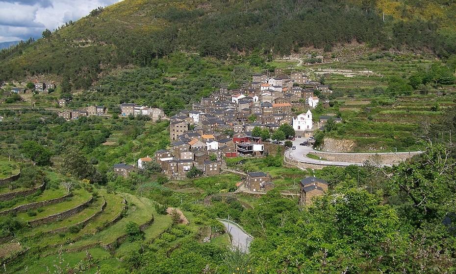Nas montanhas do Açor, no centro do país, localiza-se uma das aldeias mais bem preservadas de ardósia, paredes e pisos cinzentos – designada Piodão. A aldeia não é de muito fácil acesso, mas vale a pena a visita.