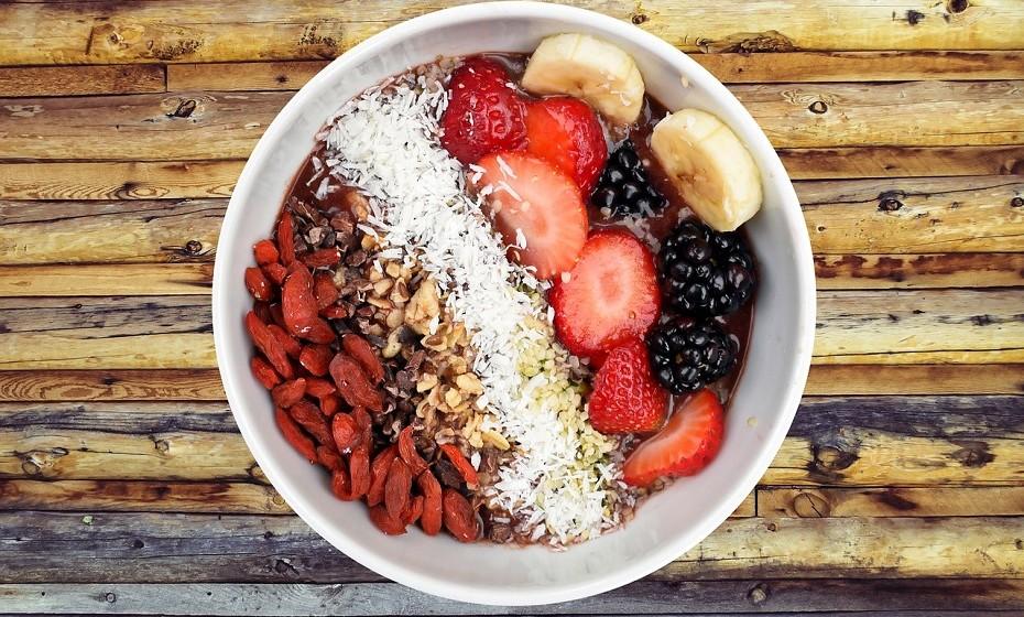 Ingerir fibra é essencial. Tente inserir este tipo de nutriente nas suas refeições, pois notará uma diferença significativa na forma como se sente e no aceleramento do seu metabolismo.