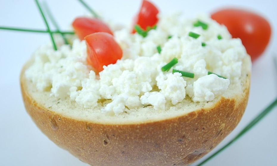 A maioria dos queijos são excelentes fontes de cálcio. Quanto mais suave for o queijo, menos cálcio tende a ter. O queijo parmesão fornece 33% da DDR de cálcio e, embora este tipo de alimento seja rico em gordura e calorias, pode realmente reduzir o risco de doença cardíaca.