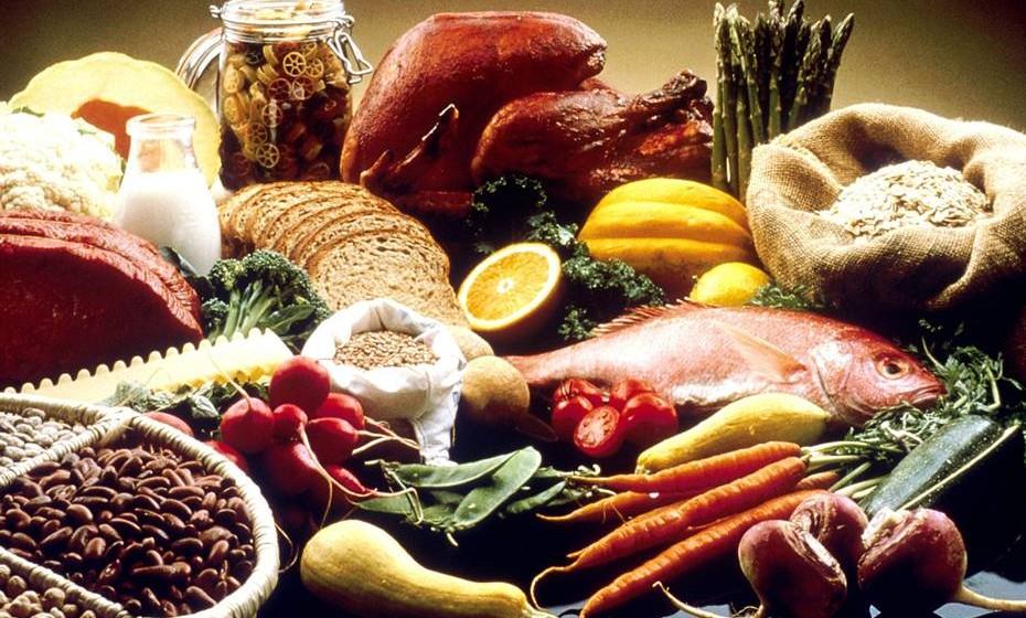 2 – Honre a sua fome – Mantenha o seu corpo biologicamente alimentado com energia e hidratos de carbono adequados. Caso contrário, pode desencadear o mecanismo que a fará comer demais. Se atingir o pico de fome excessiva, todas as intenções de moderação, comer de forma consciente vão por água abaixo. Aprender a corresponder a este primeiro sinal biológico é o primeiro passo para re3construir confiança na sua relação com a comida.