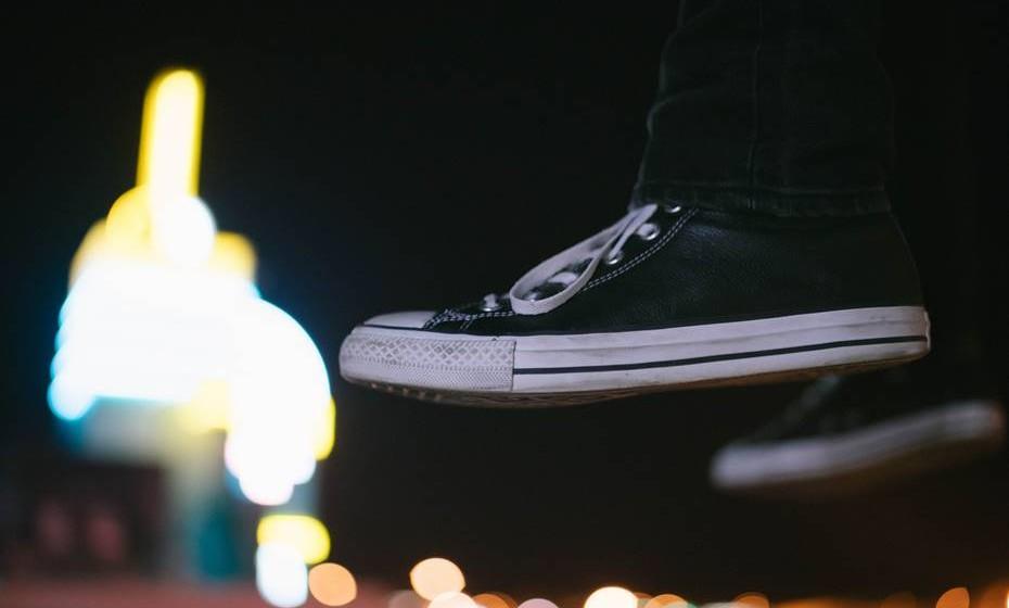 """2. Os teus pés protegerás. Os cortes e feridas nos pés são bastante frequentes nestes locais, até porque está instituído que o sapato oficial do festivaleiro/campista é o """"pé-descalço"""" ou o chinelo de dedo. No entanto, aconselhamos-te a levar contigo um calçado apropriado para percorreres vários quilómetros no recinto e para te proteger de lesões provocadas por objetos estranhos. Em caso de lesão, deves procurar ajuda para seres tratado a tempo e não correres o risco de infeções."""