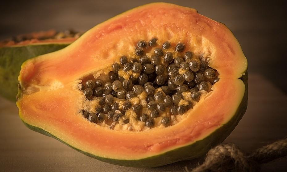 A papaia é um fruto tropical rico em vitamina A e C, juntamente com fibras e compostos de plantas saudáveis.