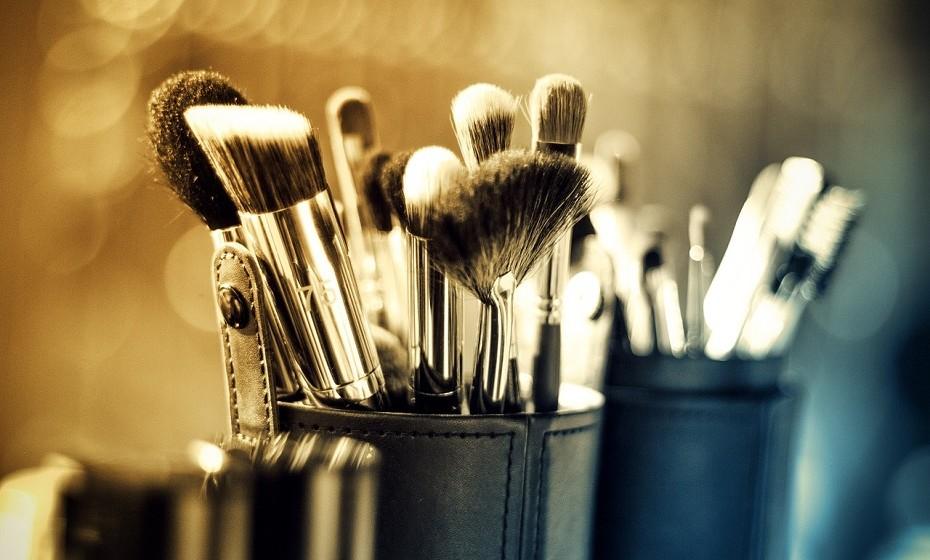 Os pincéis de maquilhagem devem ser lavados com frequência. Estes acumulam muitos germes que depois passarão a estar em contacto com a sua pele, o que pode agravar a acne e outros problemas de pele.