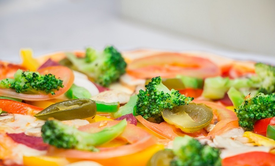 Preencha o seu prato com legumes e proteínas magras. Evite o pão, as batatas fritas ou as bebidas açucaradas.