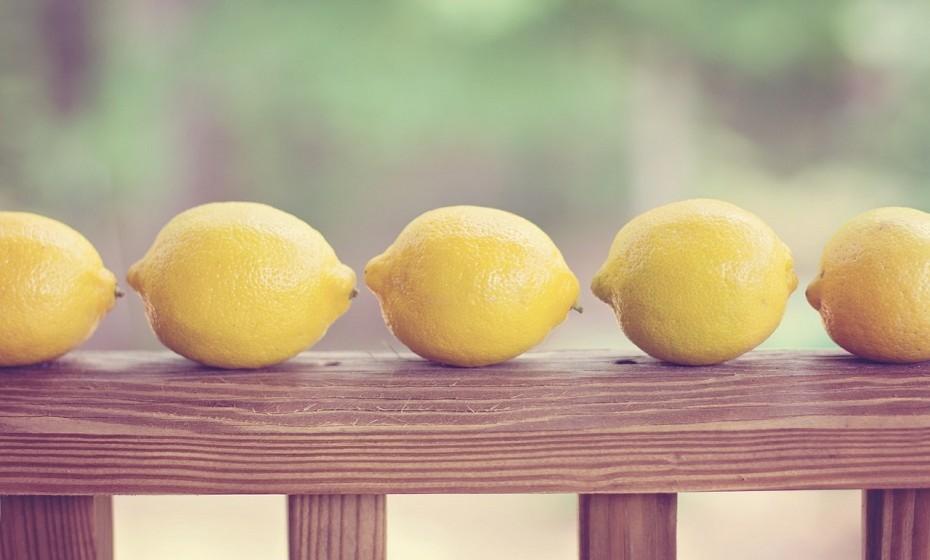 Ajuda a que consiga espremer o sumo de limão ao máximo. Antes de apertar, coloque o limão no micro-ondas durante 20-30 segundos.