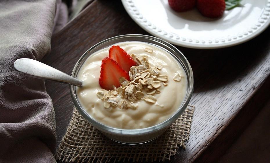 O iogurte é uma das melhores fontes de cálcio, pois fornece 30% da DDR de cálcio. Contém, ainda, vitamina B2, fósforo, potássio e vitamina B12.