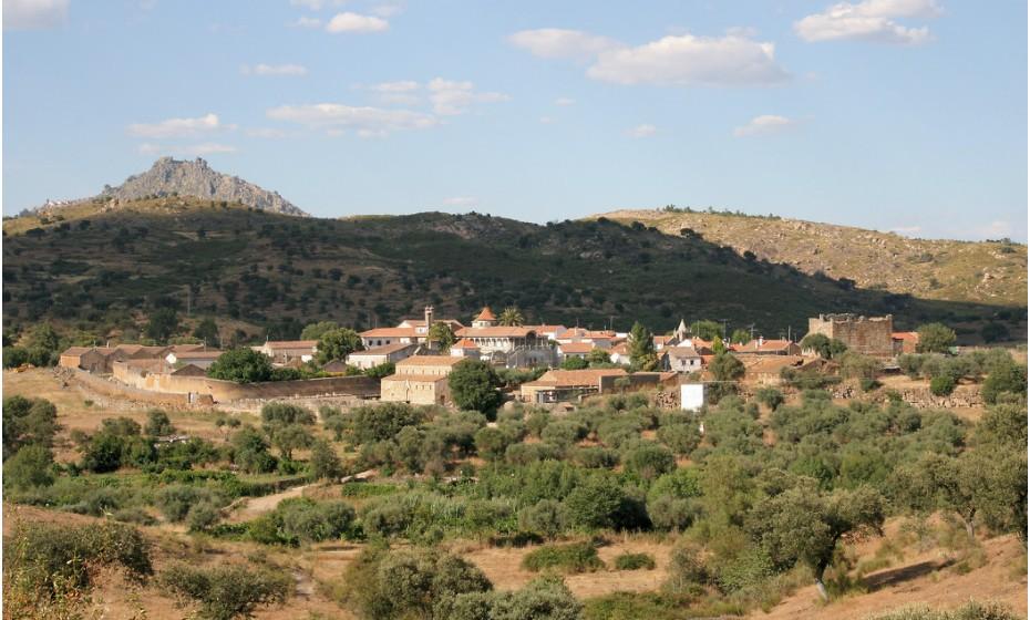 Idanha-a-Velha é hoje uma modesta aldeia onde se diz que o rei visigodo Vamba nasceu. Seja verdade ou não, as suas ruas charmosas no meio de uma planície de oliveiras merecem uma visita e uma boa caminhada.