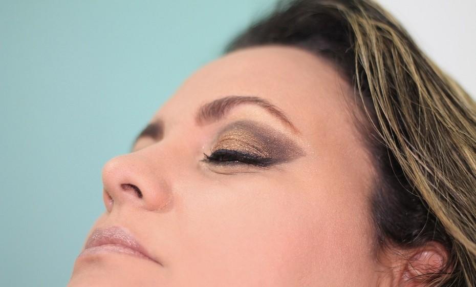 Embora haja menos problemas para manter a higiene do eyeliner ou de um lápis de olhos, estes não são imunes a riscos. Tal como o rímel, ao utilizá-lo nos olhos, facilmente pode causar e espalhar uma infeção ou causar danos à visão. Evite aplicar o eyeliner dentro da linha dos cílios, pois bloqueia as glândulas de óleo que protegem a córnea e substitua-o, pelo menos, a cada 18 meses.