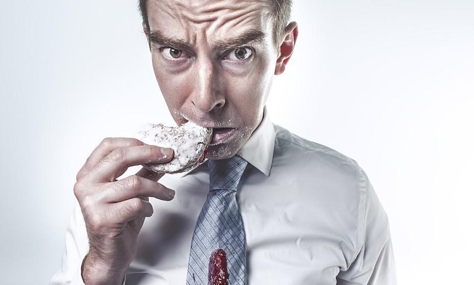 Quando fazemos algo que sabemos que não é 'certo' surge o sentimento de culpa. É muito comum e é uma sensação horrível. Para os viciados em comida é frequente sentirem-se culpados depois de cometer excessos, o problema é que voltam a cair sempre no mesmo erro.