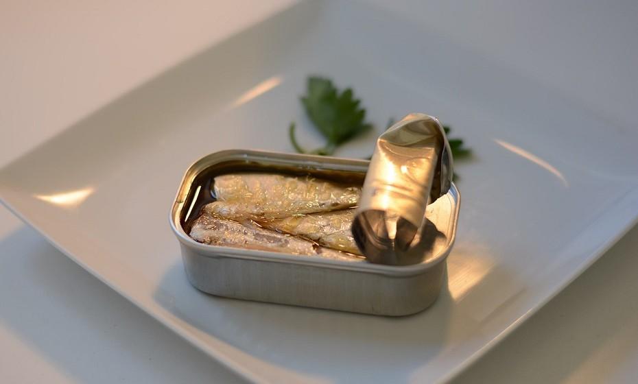 Sardinha enlatada está repleta de cálcio, graças aos pequenos ossos comestíveis. Uma lata de sardinhas contém 35% da DDR de cálcio.