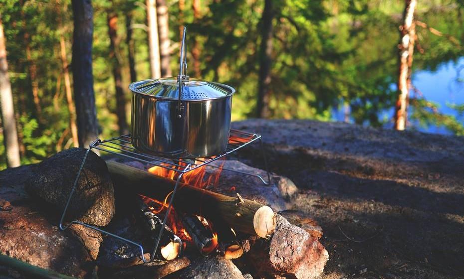 4. Das queimaduras te afastarás. Nestes eventos, é normal usarem-se tachos/panelas para cozinhar ao lume. Utilizam-se fogões portáteis, fogueiras, grelhadores e, mesmo, resistências elétricas. Isto potencia as queimaduras. Nestes casos, é preciso: procurar ajuda de imediato; se possível, arrefecer a área queimada colocando-a debaixo de água corrente (sem pressão); cobrir a zona queimada com um pano limpo, sem pelos e húmido; não arrancar nem mexer na roupa ou objetos que estejam coladas à pele.
