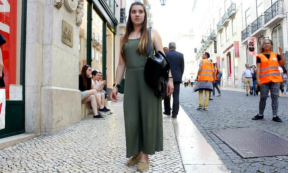 Sara Cruz, 21 anos, gosta muito de usar jardineiras e macacões.