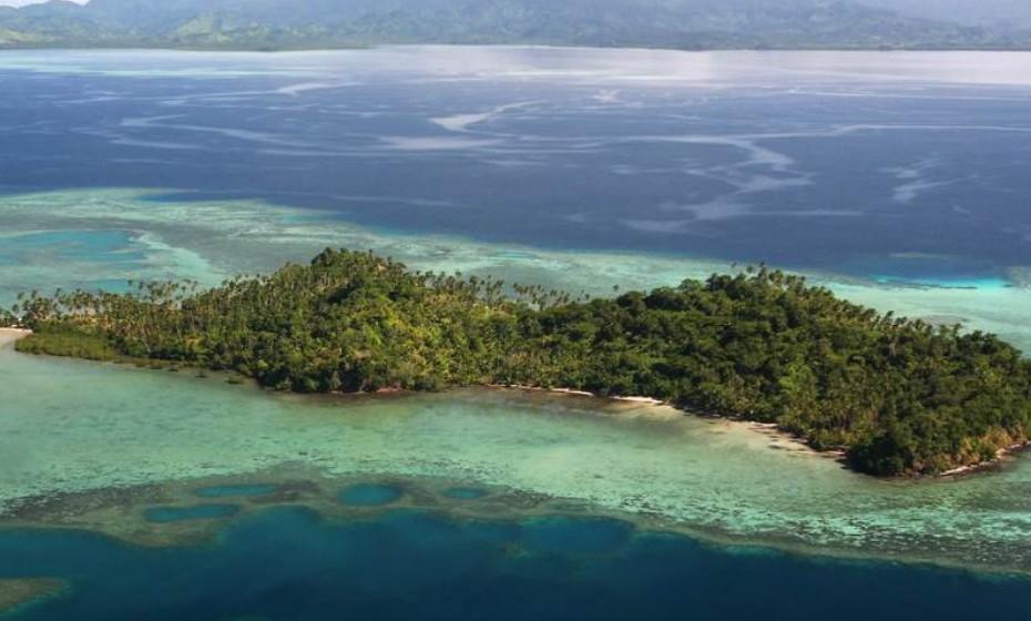 Nukudrau Island, Fiji. Está cercada pelas águas cristalinas do Pacífico Sul. Estar nesta ilha é ter à disposição um dos melhores locais do mundo para fazer mergulho e pescar. O preço encontra-se sob consulta.