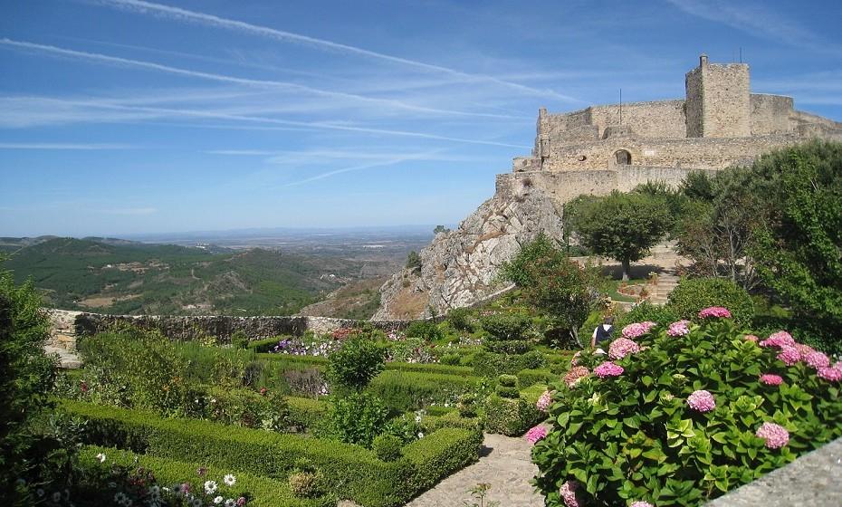 Marvão tem uma parede do século XII ao seu redor. Com quase 900 metros, esta vila medieval situa-se de frente para Espanha com a sua igreja do século XV.