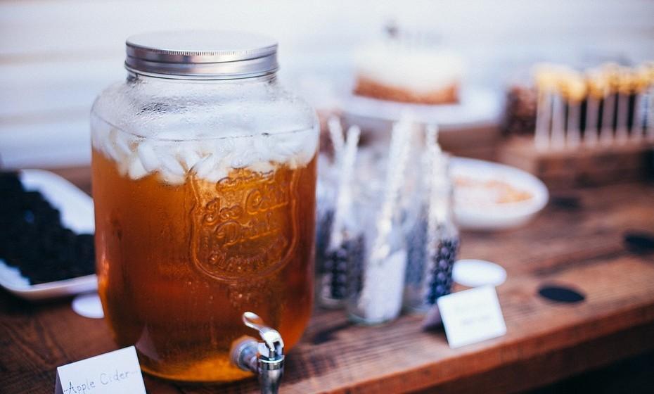 Adicione um pouco de vinagre de sidra à água - o ideal é beber de manhã. Ajuda a melhorar a digestão e a metabolizar melhor os alimentos.