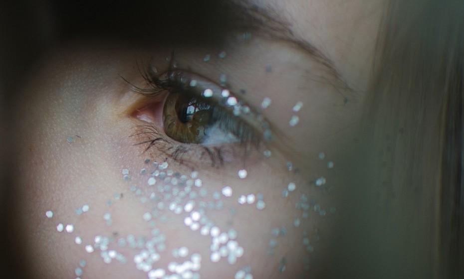 O glitter também pode ser prejudicial no sentido em que as suas partículas podem cair dentro dos olhos e causar uma irritação significativa e, até mesmo, causar abrasões da córnea.