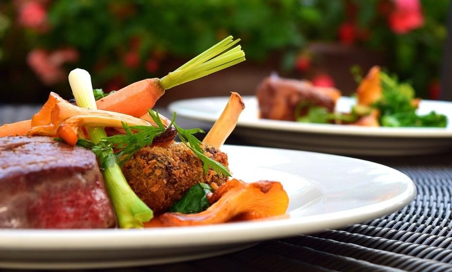 Coma carne, a menos que seja vegetariana. Ignore as opções sem carne, pois tendem a ser mais ricas em hidratos de carbono e pobres em proteína.