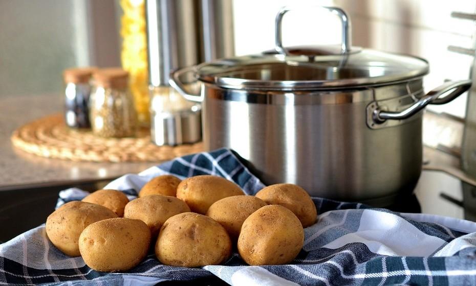 É possível cozinhar batatas no micro-ondas. Lave muito bem, faça uns furinhos e leve ao micro-ondas por cerca de três minutos. Vire as batatas para o outro lado e deixe por mais três minutos. O tempo de cozedura depende efetivamente do tamanho da batata.