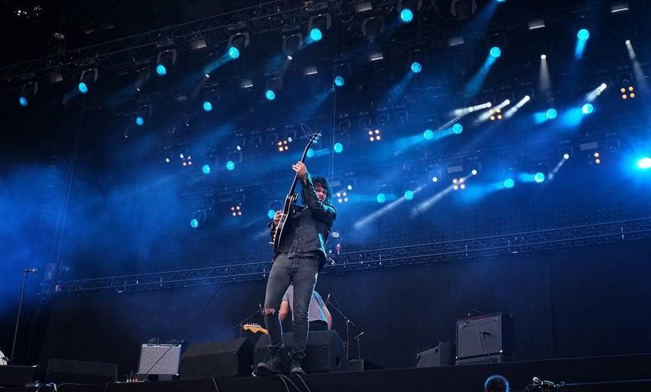 5. Dos teus ouvidos cuidarás. Nos concertos/festivais de música para jovens, o ruído em decibéis é, regra geral, muito intenso. Para isso, protege os teus ouvidos com os tampões que tens no teu Kit SOS. Se não os tens, procura-os junto da organização.
