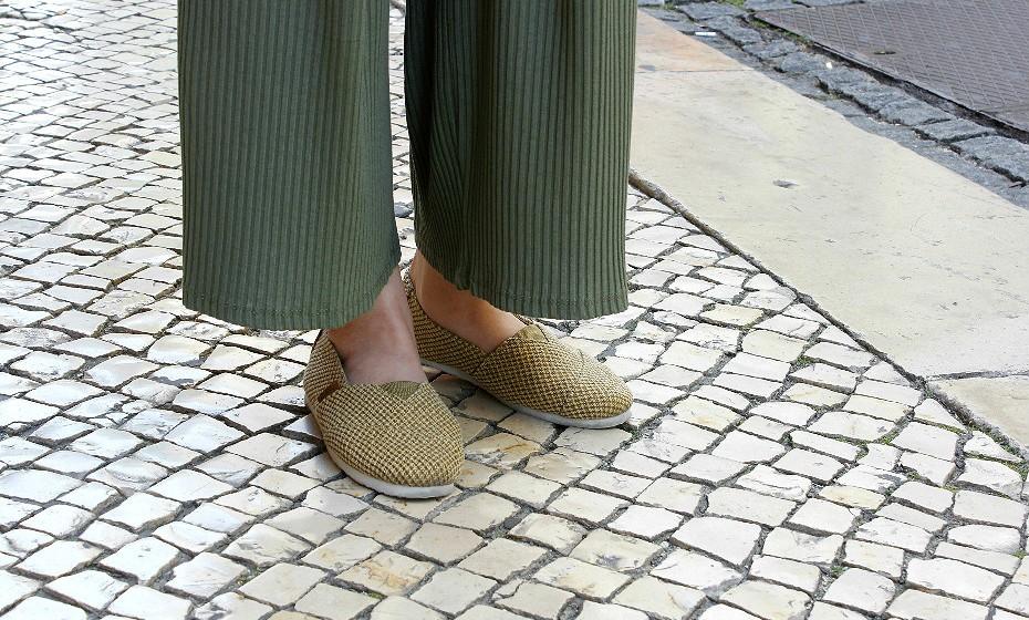 As alpercatas são uma alternativa perfeita para quem não é grande fã de sandálias. A Sara escolheu umas douradas que completam o outfit na perfeição.