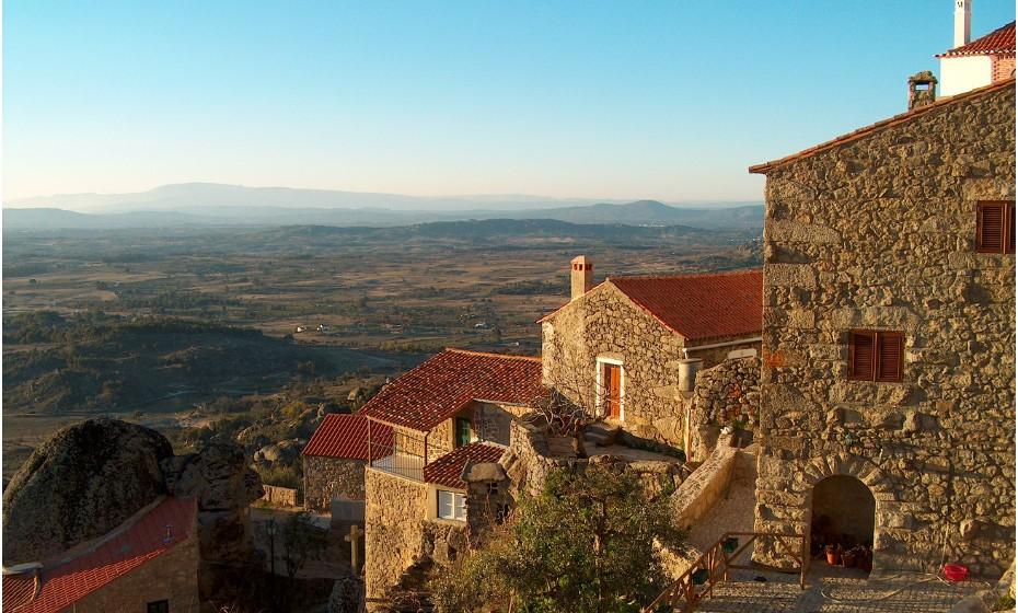 Em Monsanto, as casas surgem entre rochas enormes. Foi apelidada como a 'aldeia mais portuguesa' por António Salazar, em 1938. A cidade é notável pelas suas pedras de granito, entre os telhados vermelhos, e pelo seu castelo que domina a região.