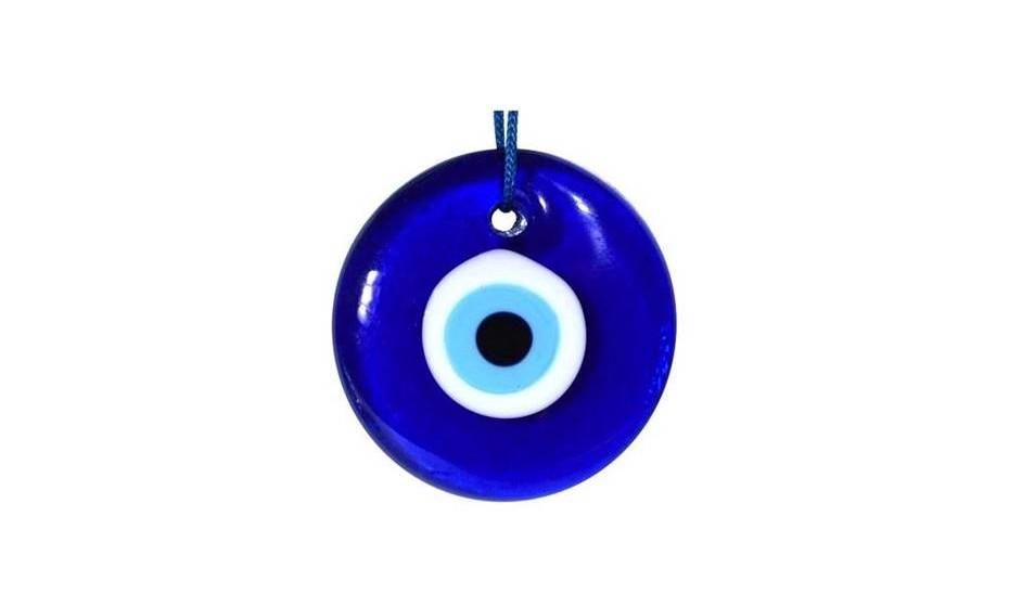 Olho azul - É um dos mais conhecidos amuletos contra o mau‑olhado, simboliza o olhar divino que protege as pessoas contra os males, a inveja e o mau‑olhado. Foi dessa necessidade de proteção do mau‑olhado que surgiu o amuleto conhecido hoje como olho azul, mas que tem muitos outros nomes, consoante o país ou a região em que estivermos. Este olho tem o poder de refletir o mau‑olhado.