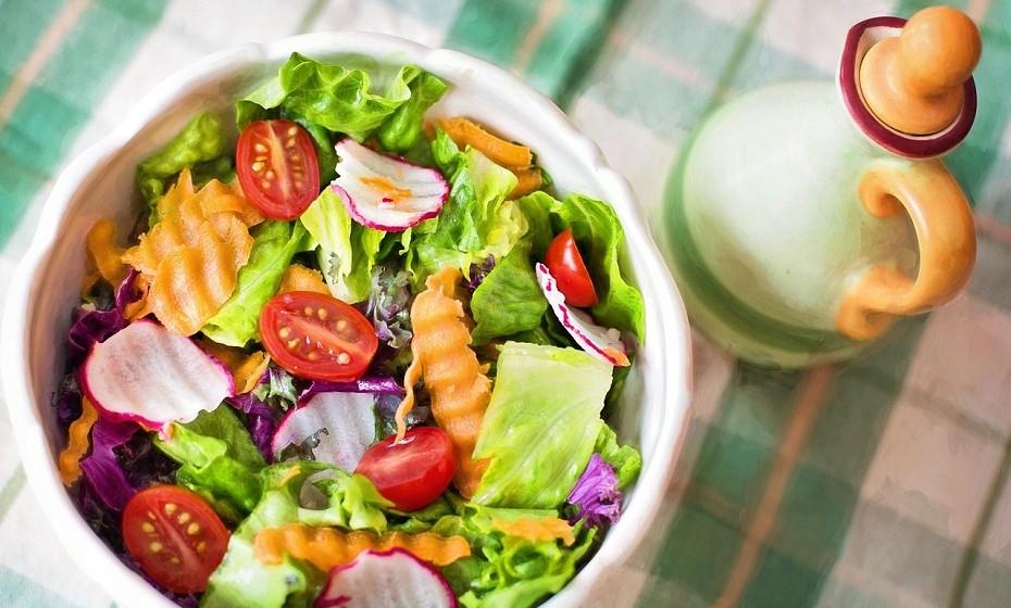 Escolha sabiamente. Não há nenhuma regra que diz que tem de provar tudo o que há. Decida aquilo que quer no seu prato. O ideal é que preencha metade com legumes e o resto com proteína.