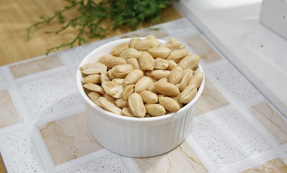 Torre amendoins no micro-ondas. Ficam crocantes em dois ou três minutos, na potência máxima. A cada minuto e meio, mexa bem os amendoins e volte a aquecer.