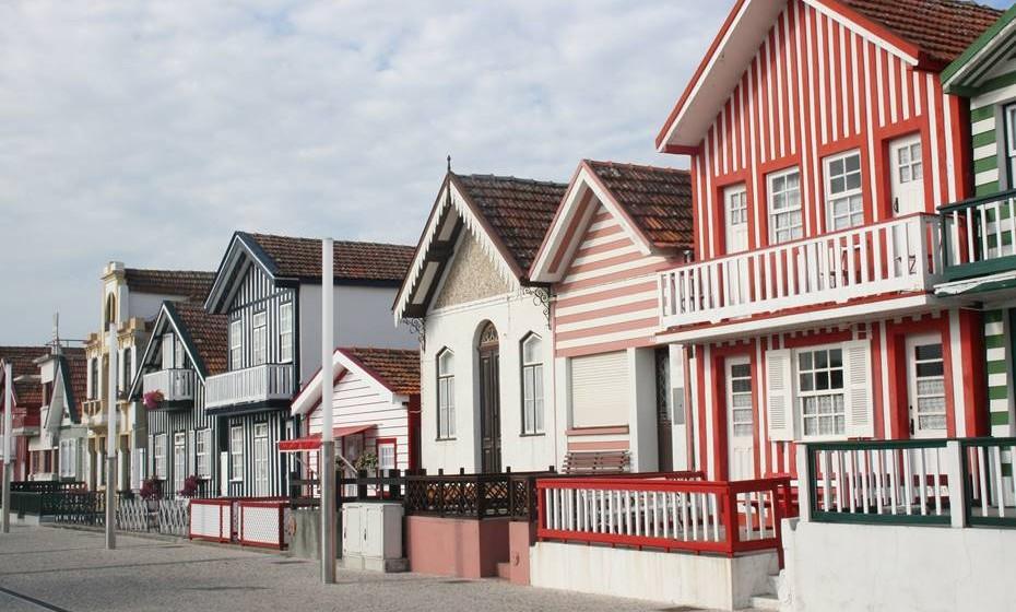 Afaste-se um pouco da cidade e vá conhecer a praia da Costa Nova. As casas típicas às riscas transportam-nos para outros tempos. Estas casas eram antigos armazéns de pesca ou de salga de sardinha e são atualmente cobiçadas residências balneares.